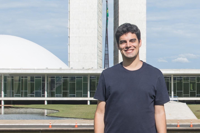 Tiago Mitraud explica a proposta de emenda para financiar alunos da rede pública em escolas privadas