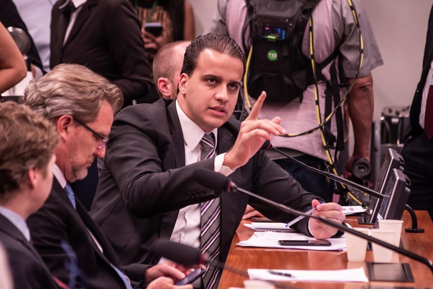 Projeto de Lucas Gonzalez que autoriza exportadores a celebrar contrato em moeda estrangeira é aprovado em comissão com relatoria de Alexis Fonteyne